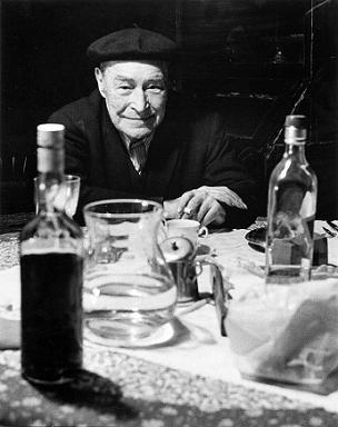 """(sobre el calor del Ampurdán). Josep Pla a la mesa, en su """"mas"""""""