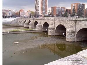 El río Manzanares a su paso por el puente de Segovia, en Madrid